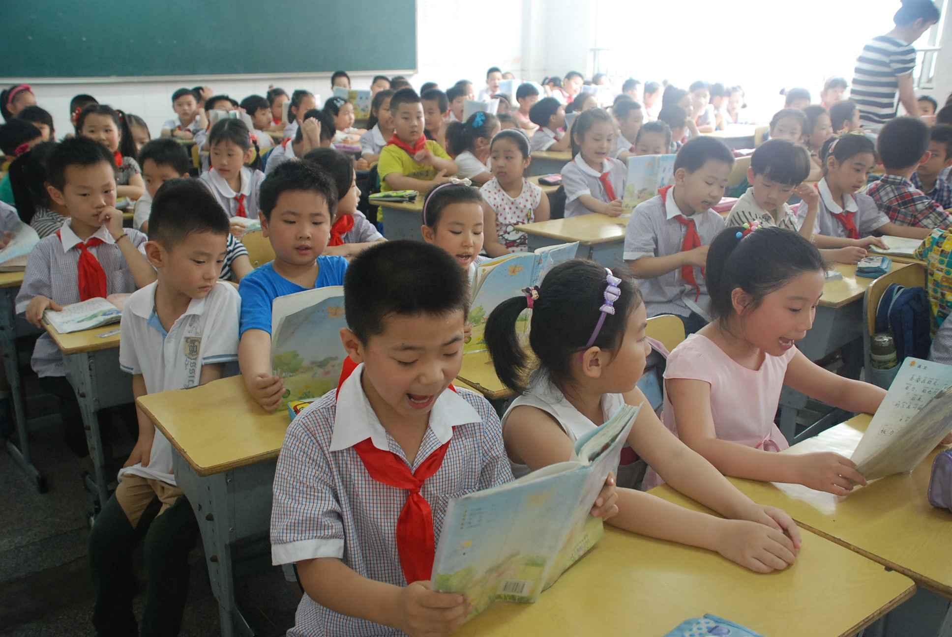 幼儿园组织大班幼儿参观小学